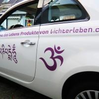 Om Zeichen als Autoaufkleber in der Farbe Pflaume