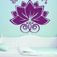 Sat Nam Wandtattoo das Mantra Wandtattoo der Kundalini Yogis eingefügt in kühler Schlafzimmeratmosphäre im Kontrast zur hellblauen Wand