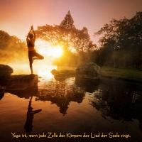 Wandbild Yogini in wundervoller Naturlandschhaft