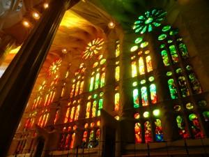 Wunderschöne Orange und Grüne Lichtimpressionen der bunten Kirchenfenster von Gaudis Sagarada Familia in Barcelona