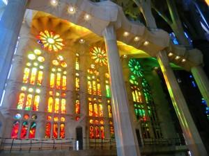 Lichtimpression in orange und grün der Kirchenfenster von Gaudis Sagrada Familia in Barcelona