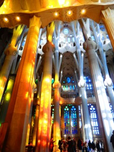 Lichtreflexe der Kirchenfenster in der Sagrada Familia auf die Kirchensäulen in Barcelona