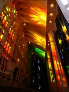 Lichtreflexe von den bunten Kirchenfenstern von Gaudis sagrada Famila