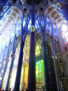 Symmetrie der Säulen im Hauptschiff der Sagrada Familia 45m hoch