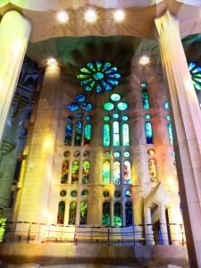 Lichtreflexionen von den Kirchenfenstern