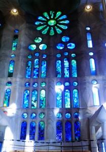 Blaue Lichtimpressionen der Kirchenfenster