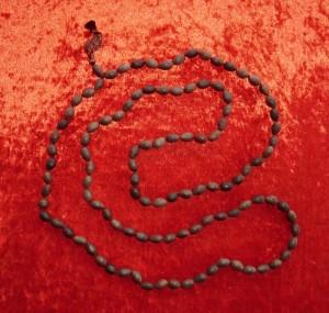 Die Lotus Mala hier in 176 cm Länge, aus dem Himalaya in Indien eine wirkungsvolle Gebetskette zum Rezitieren von Mantras wird sie meist verwendet.