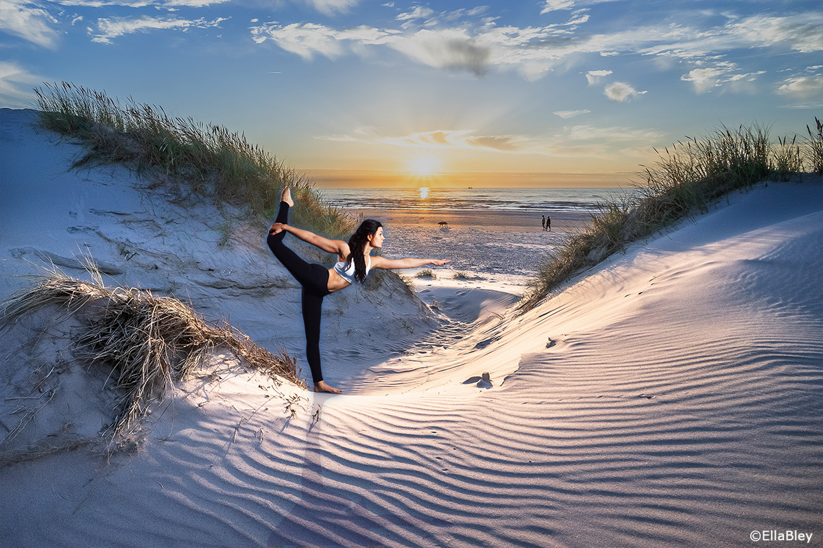 Yoga Taenzerin in Düne am Meer