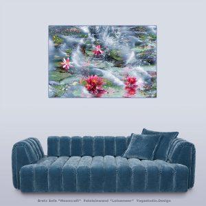 Bretz Mooncraft Sofe mit Lotusmeer Wanddeko Bild